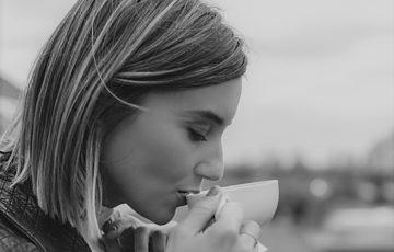 女性の横顔の鼻たたき