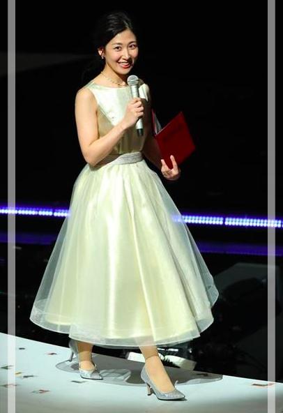 桑子真帆アナのカップ紅白衣装